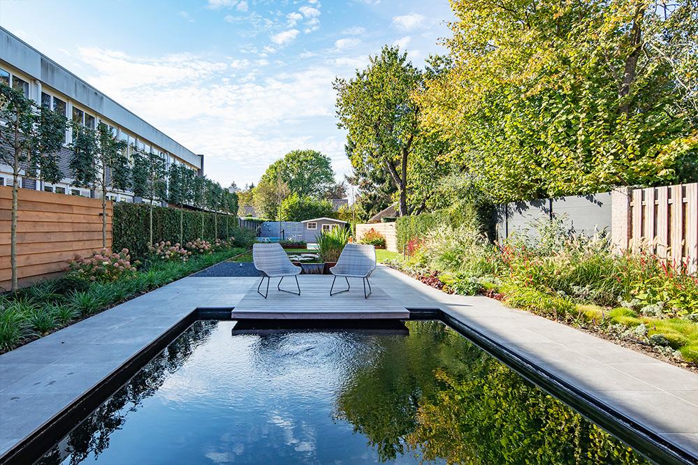 Tijdloze tuin met zwembad en vijver